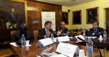Vasemmalla YK:n pääsihteerin erityisavustaja kansanmurhien estämisessä, tohtori Adama Dieng, hänen vieressään Espanjan oikeusministeri Rafael Catala Polo ja hänestä oikealla Madridin Complutense-yliopiston oikeustieteellisen tiedekunnan dekaani Richardo Alonso Garcia.